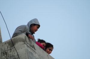 palestinian-kids-looking-down-on-group-from-mn-tripr_
